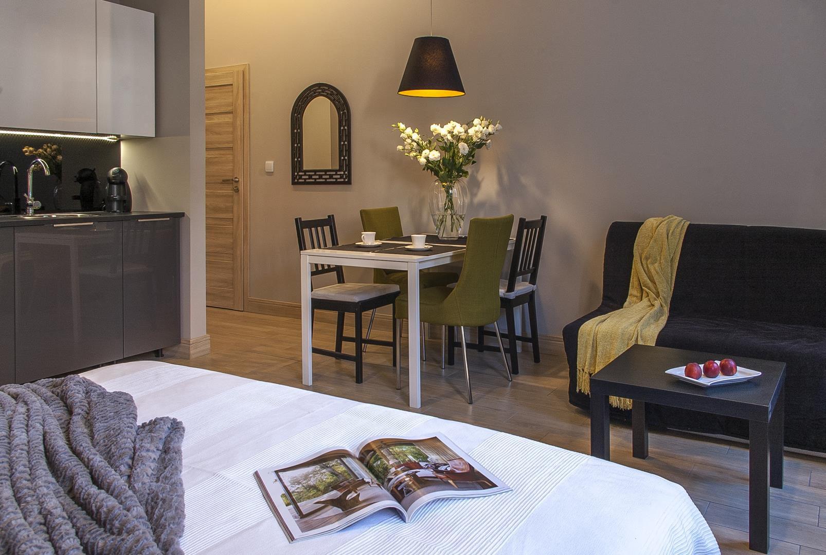 apartament w częstochowie, łóżko i stolik