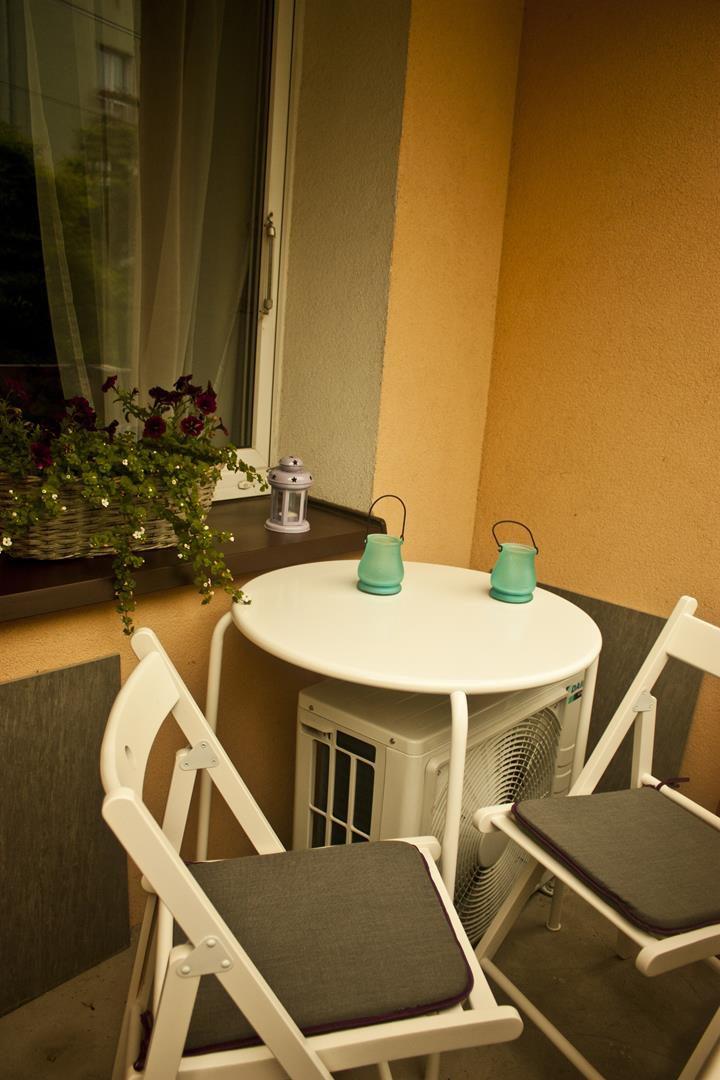 meble balkonowe w apartamencie