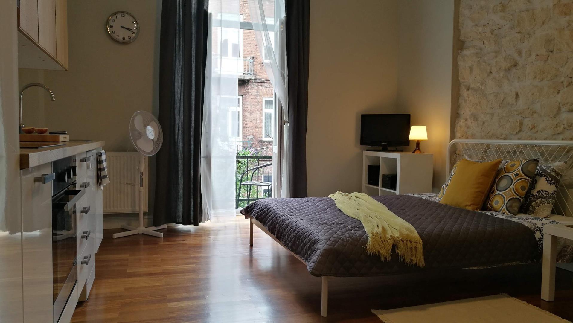 łóżko podwójne i widok z balkonu