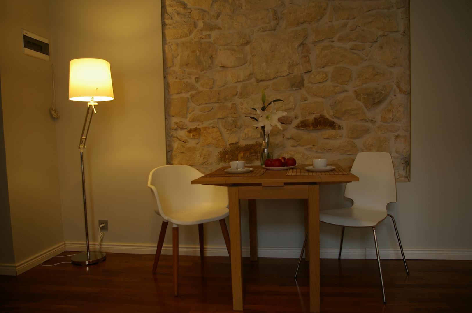 stolik w kuchni wieczorem